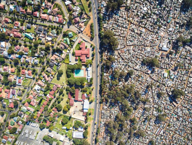 Um país dividido: segregação e desigualdade urbana na África do Sul, Primrose e Makause - Joanesburgo. Imagem © Johnny Miller