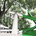 이탈리아 베니스의 캐나다 파빌리온은 녹색 스크린 소재로 둘러싸여 파빌리온의 뚜렷한 모양을 강조하고 Giardini를 통해 볼 수있는 새로운 가짜 건물을 만듭니다.  이미지 제공 : Canadian Pavilion