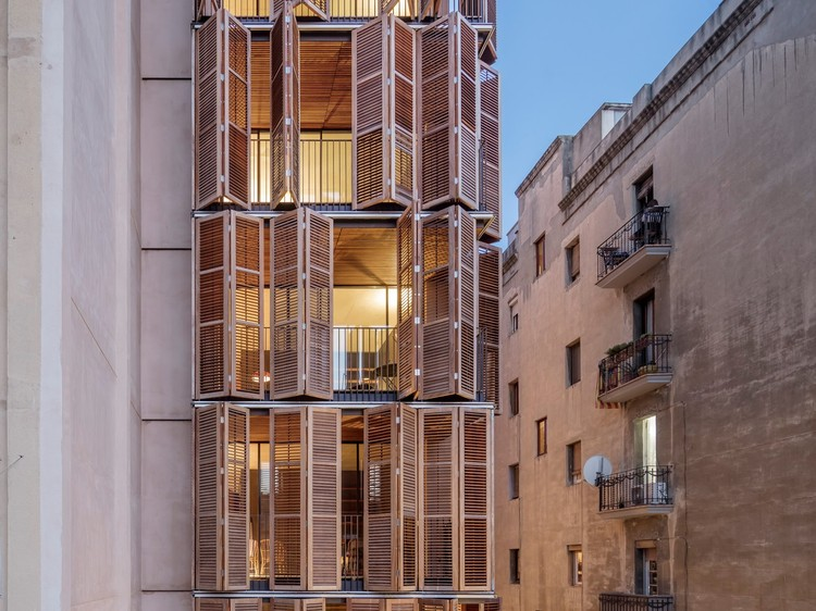 70 Proyectos seleccionados finalistas para la Bienal Española de Arquitectura y Urbanismo BEAU 2021, Edificio de viviendas para 4 amigos / Lussi+Partner AG + Lola Domenech. Image © Adrià Goula