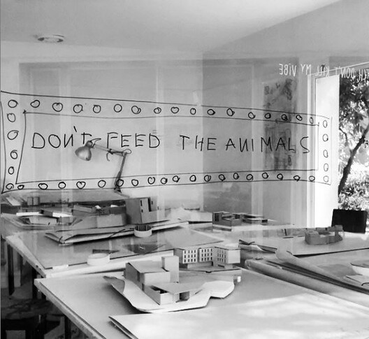Saúde mental e arquitetura: seria este o momento de mudança?, Recado na janela do atelier dos estudantes de arquitetura da Universidade do Porto, em 2016 em Portugal. Image © Giovana Martino