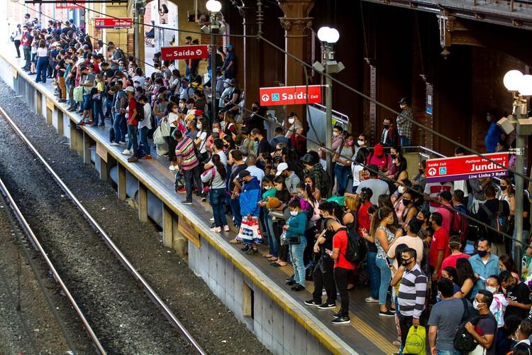 Um ano de pandemia: o que mudou na forma de se deslocar?, Plataforma da CPTM da Estação da Luz, no Centro de São Paulo.  Foto: Bruno Escolastico/Photopress/Estadão Conteúdo