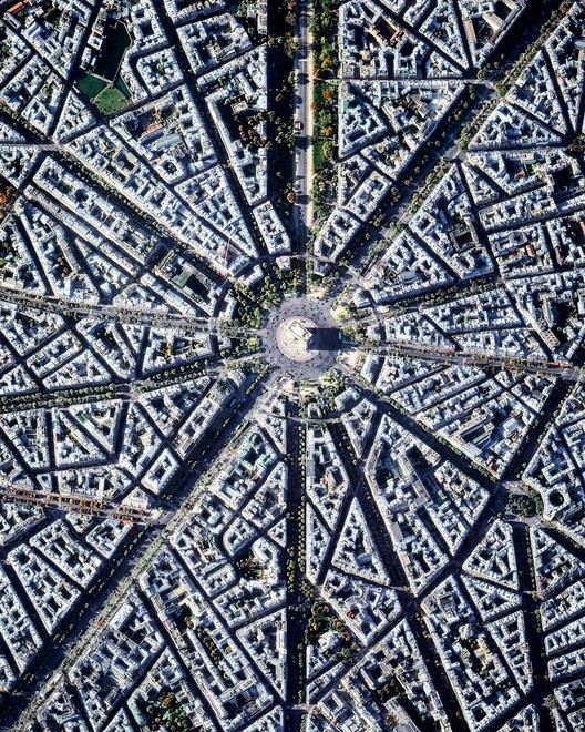 Paris, França. Created by @dailyoverview, source imagery @maxartechnologies