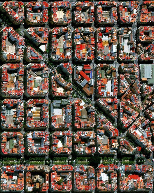 Valencia, Espanha. Created by @benjaminrgrant, source imagery: @maxartechnologies