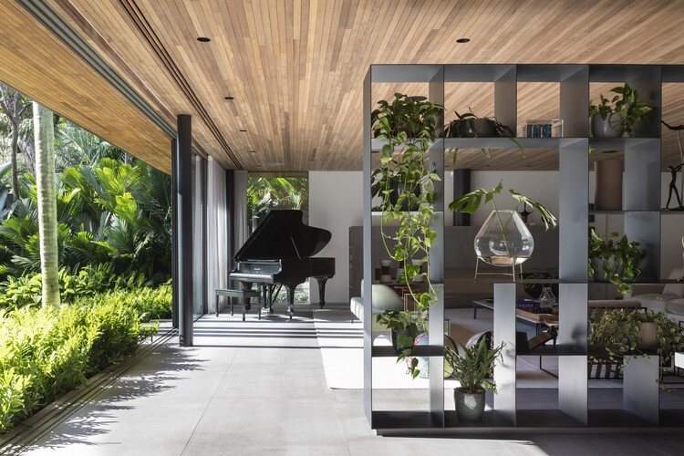 Estantes divisórias: funcionalidade e estética na arquitetura de interiores, Casa Panamericana / Bernardes Arquitetura + Sala2 Arquitetura. Foto: © Evelyn Muller