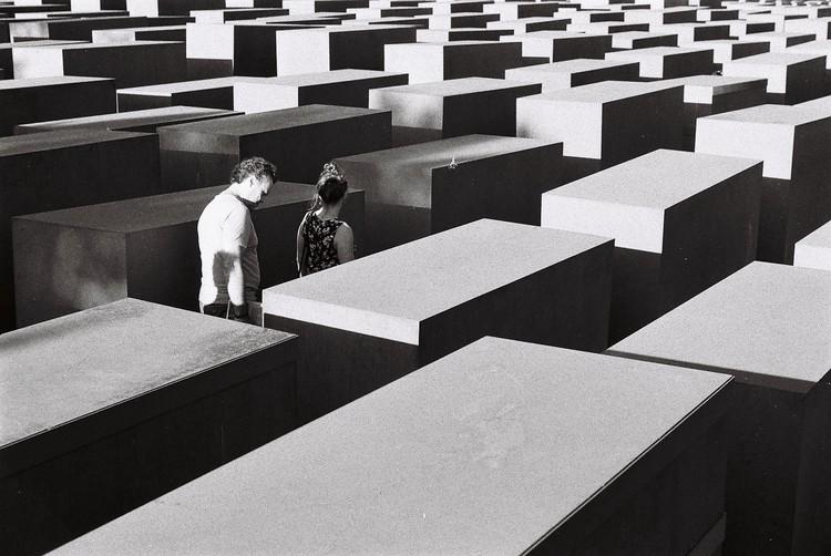 Elo com o vivido: a memória e suas espacialidades , Memorial do Holocausto. Foto de Alessio Maffeis, via Unsplash