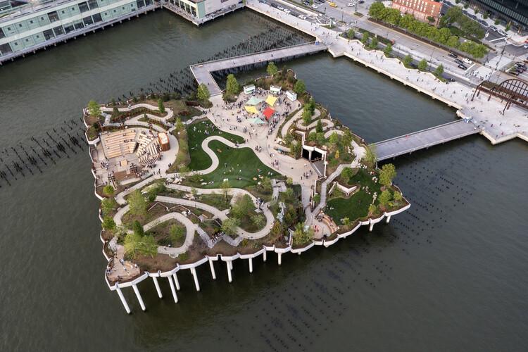 La pequeña isla de Heatherwick Studio crea un paisaje artificial sobre el río Hudson, © Timothy Schenck