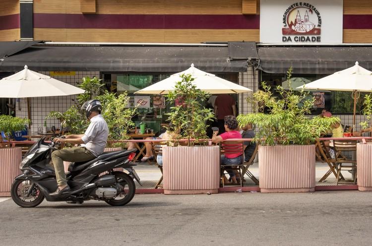 Proyecto Ocupa Rua: ¿Cómo el espacio público solventa bares y restaurantes en tiempos de pandemia?, © Romulo Fialdini