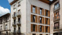 Bizkorenea. 3 viviendas y local. / Araiz Floristán Arquitectos