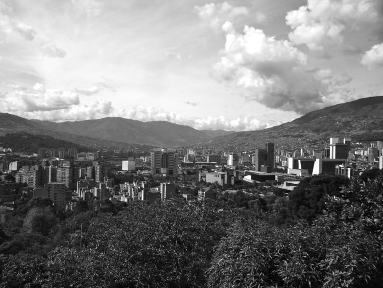 Los sistemas naturales de la ciudad, una aproximación y análisis desde la percepción del paisaje, Figura 7. Panorámica ciudad de Medellín. . Image © Carlos David Montoya