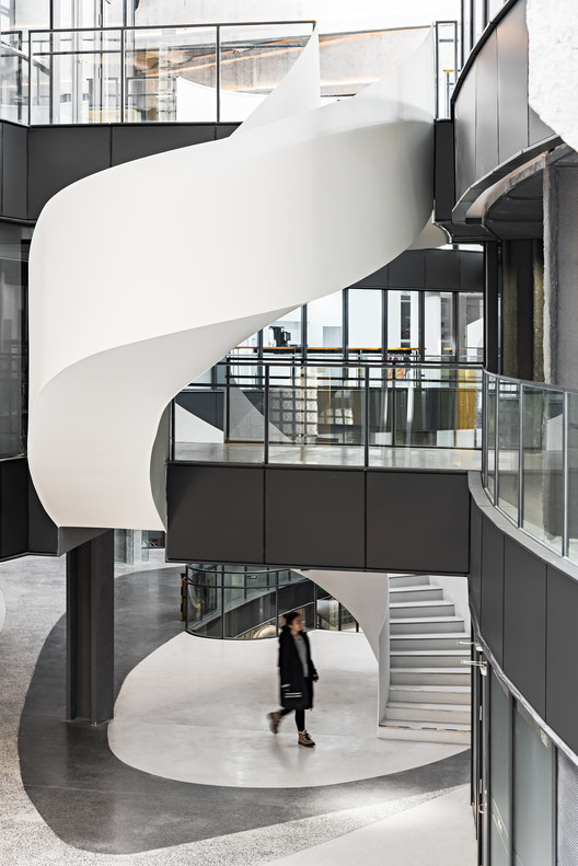 The open sightseeing elevator echoes the spiral walking stairs. Image © Yan Zheng