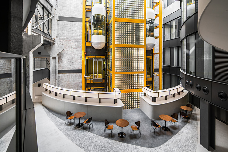 Basis Industri Inovasi Ekonomi Digital Zhongguancun / DESAIN QUCESS, Lift tamasya terbuka menggemakan tangga berjalan spiral.  Gambar © Yan Zheng