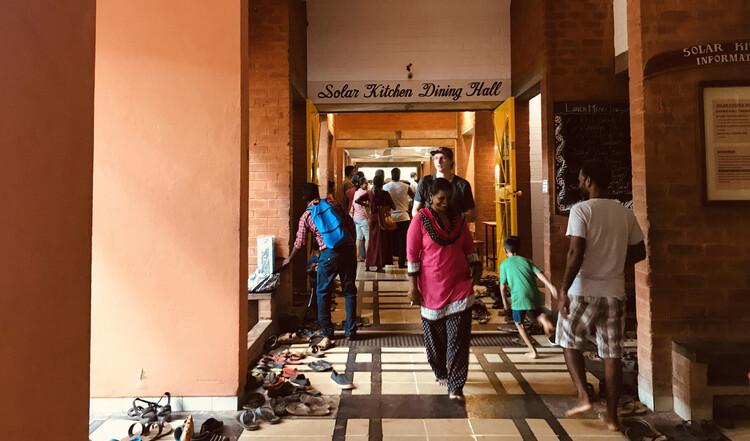 ¿Qué podemos aprender de las ecoaldeas y sus cocinas?, La cocina comunitaria Solar Kitchen en Auroville, una ecoaldea en el sur de la India con una población de 3000 personas. Foto de Luiza Tripoli