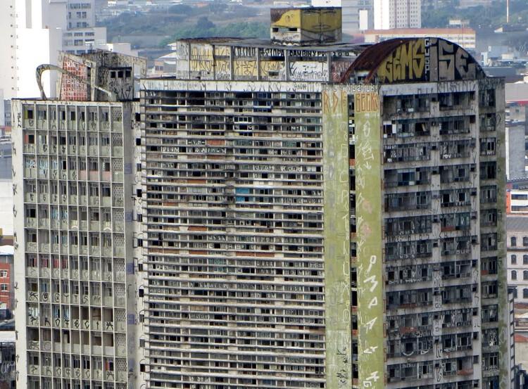 Há mais casas sem gente do que gente sem casa?, Edifício São Vito em São Paulo, demolido em  2011. Foto via São Paulo in Foco