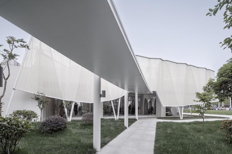 City Living Room / Mur Mur Lab, Outdoor Path. Image © WDi