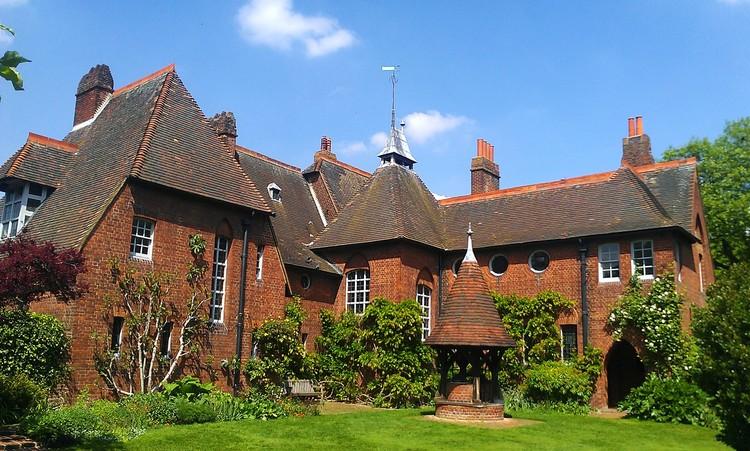 Arquitetura, design e artes: o que podemos aprender com a obra de William Morris?, Red House. Foto de Ethan Doyle White, via Wikipedia. Licença CC BY-SA 3.0