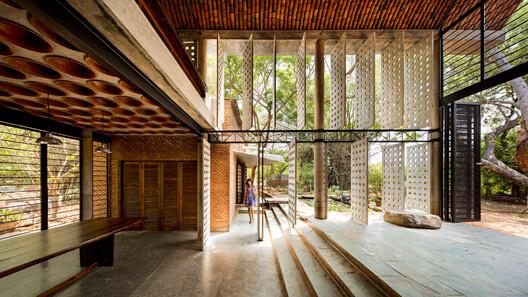 Projeto de Anupama Kundoo na India. Sua arquitetura gira em torno das tradições artesanais e seus projetos apresentam materiais feitos à mão montados por artesãos locais, que ela prefere aos métodos de produção em massa. Foto © Javier Callejas