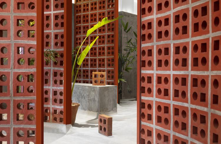 Permeabilidade na arquitetura: 20 projetos que reinterpretam os tradicionais muxarabis, Loja TerraMater / RENESA Architecture Design Interiors Studio. Image © Niveditaa Gupta