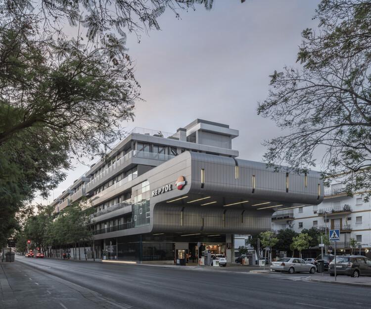 Residencial Ramón y Cajal con Integración de Estación de Servicios / Estudio Alvarez-Sala + Aybar-Mateos Arquitectos + Hombre de Piedra, © Jesús Granada