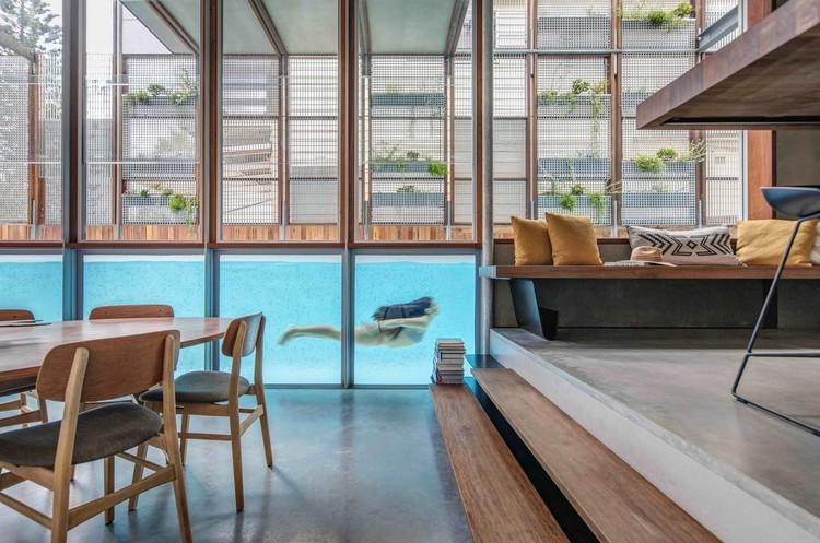 Piscinas cobertas: Trazendo a tranquilidade da água para os espaços internos, Living Screen House / CplusC Architectural Workshop. Image © Murray Fredericks