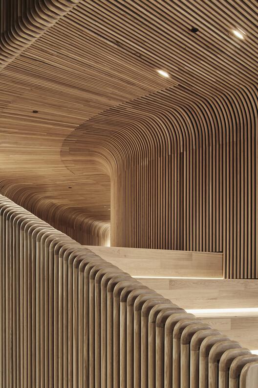 Cóncavo y convexo: Revistiendo interiores con madera curvada, Sculptform Design Studio / Woods Bagot. Image © Peter Bennetts