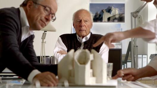 Gottfried Böhm (center) with son Paul Böhm in the foreground. Image © Lichtblickfilm Köln / 2:1 Film Zürich. Photograph by Raphael Behinder