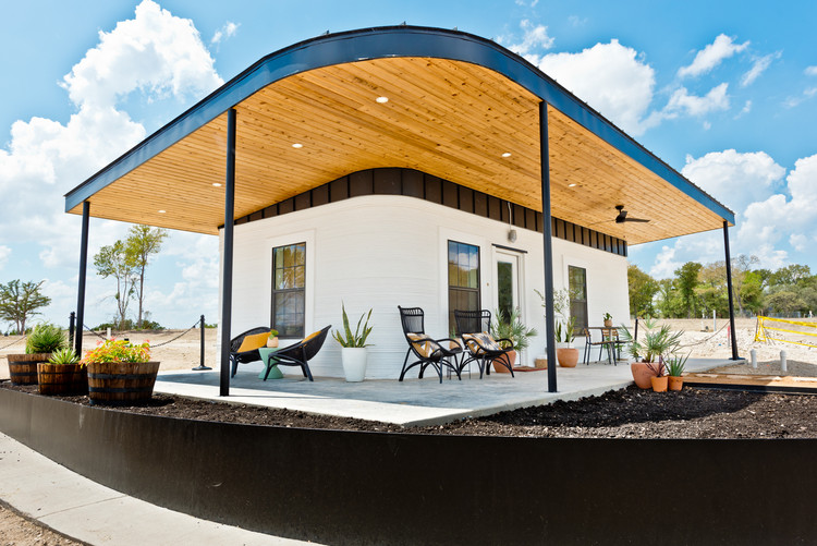 Estetika Otomasi: Meninjau Penampilan Perumahan Terjangkau Cetak 3D, ICON 3D Printed Welcome Center Community First Village -Austin TX- Sept2019.. Gambar © Regan Morton Photography