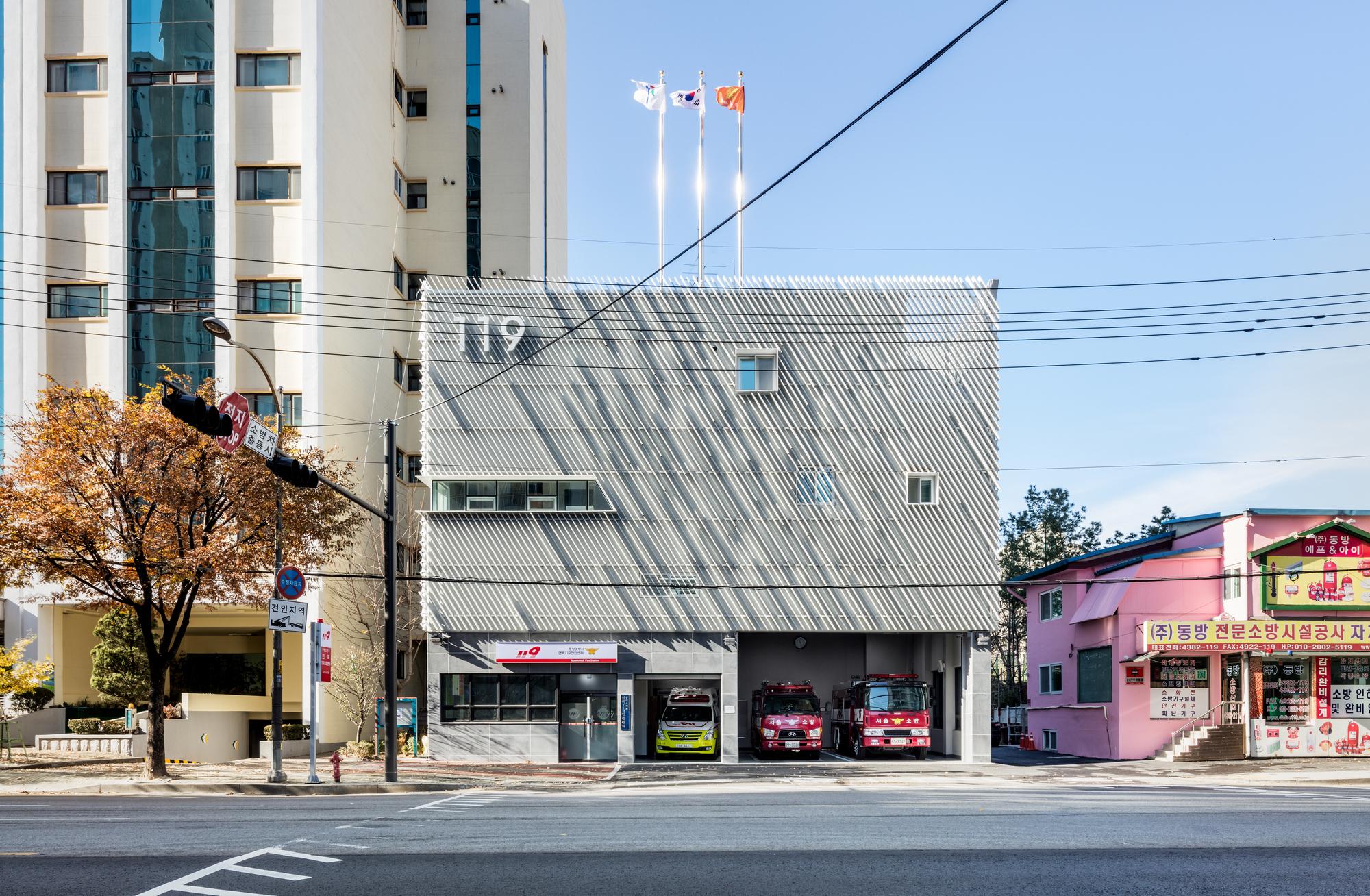 Myeonmok Fire Station / Yong Ju Lee Architecture