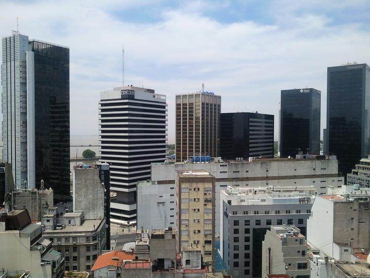 ¿De oficinas a viviendas? Iniciativas para la reconversión del microcentro de Buenos Aires, vía Wikipedia user: Panoramio upload bot. Licencia bajo CC BY-SA 3.0. Autor de la Imagen: Santiago Lap.