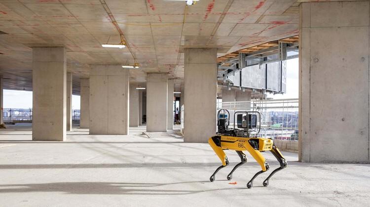 Automação no canteiro de obras, Spot on a Foster+Partners construction site. Image Courtesy of Foster+Partners