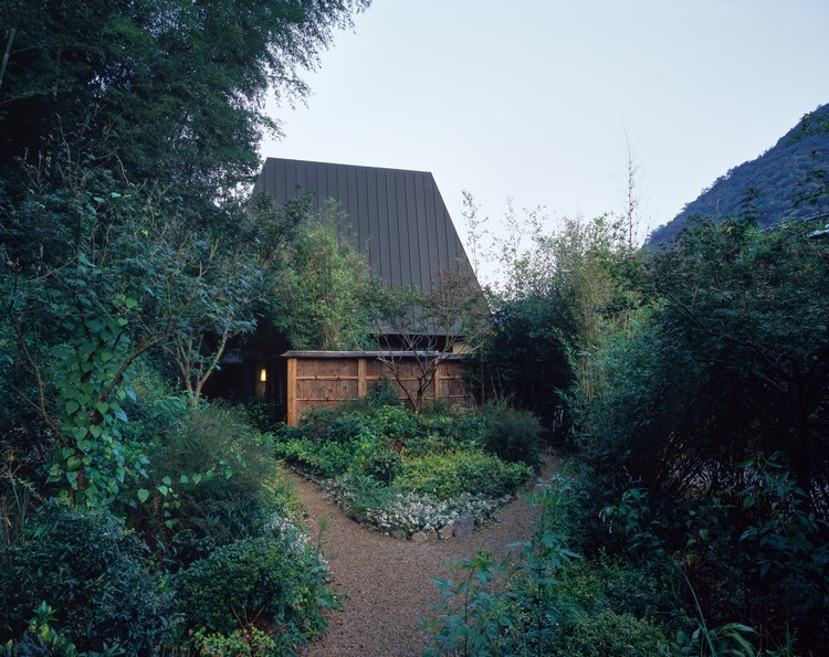 Yitingting Cottage / genarchitects, Outer garden. Image © Hao Chen
