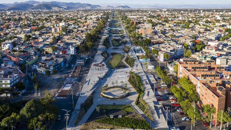 Seis projetos urbanos que aplicam Soluções baseadas na Natureza, Parque linear recupera espaço do histórico Grande Canal da Cidade do México. © Onnis Luque