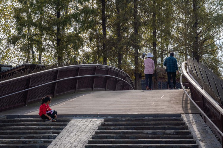pedestrian bridge has also become the daily travel way of villagers. Image © Timeraw Studio