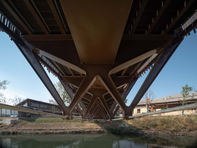 steel box girder and butterfly shaped abdominal rod and lower chord cable in beam structure. Image © Timeraw Studio