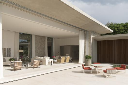 Casa de Campo RD / Dado Castello Branco Arquitetura