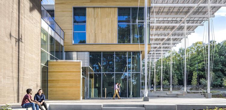 """¿Puede un estudio de arquitectura realmente ser neutro en carbono?, El Kendeda Building for Innovative Design está situado en Atlanta en el campus del Instituto Tecnológico de Georgia. El edificio produce el 225% de sus requerimientos energéticos a partir de la energía solar y capta el agua de lluvia para beber, eliminando solo las sustancias peligrosas. En abril obtuvo el certificado """"Living Buiding Challenge"""". Imagen © Jonathan Hillyer"""