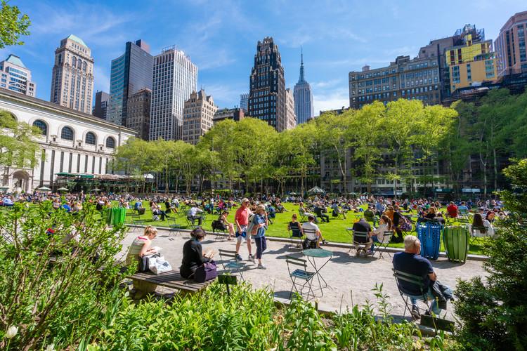 Ciudades 8-80: ¿Cómo diseñar ciudades para personas de todas las edades?, Bryant Park en Nueva York. Imagen de ymgerman. . Image vía Shutterstock