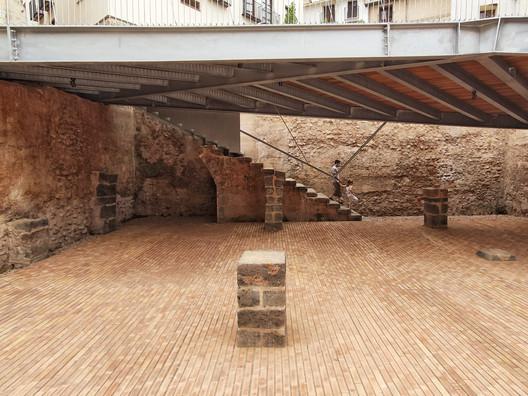 Plaza de la Sinagoga de Onda, (Castellón) autoría de El fabricante de espheras, Grupo Aranea y Cel-Ras Arquitectura. Image © Lluís Bort