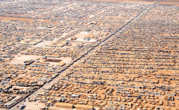 Migrações e diásporas: por um desenho urbano que compreenda os movimentos sociais e culturais, Vista aérea do campo de refugiados Za'atri. Fotot: U.S. Department of State, via VisualHunt