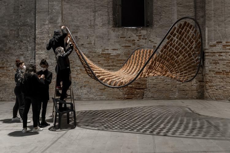 Flocking Tejas: La instalación de BASE studio para la Bienal de Venecia 2021, Fotografía: © Raul Betti. Image Cortesía de BASE studio