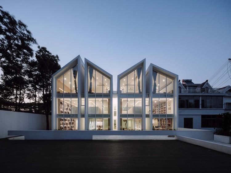 Lacquer Art Experience Pavilion / Atelier QIZAO, south facade night view. Image © Runzi Zhu