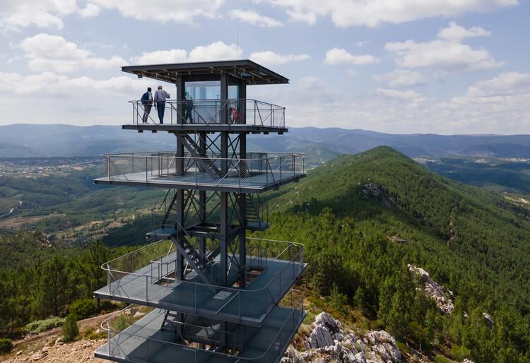 Álvaro Siza diseña torre de vigilancia con estructura de acero para el ecoturismo en Portugal, © Daniel Sousa