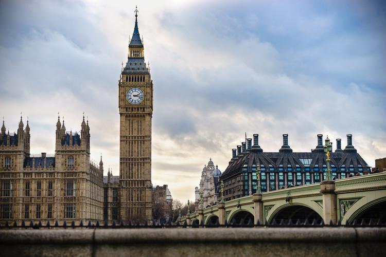 Marta Minujín traslada el Big Ben a Manchester, Big Ben, Londres, Reino Unido. Imagen de Pajor Pawel. Image vía Shutterstock
