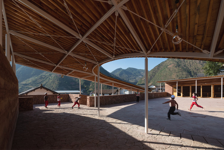 """Centro Comunitário """"Heart of Yongan"""" / TJAD, Pátio utilizado para atividades ao ar livre do centro comunitário (diurno). Imagem © Schran Image"""