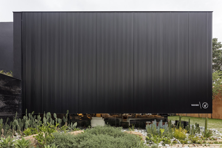 Loja Mula Preta / EMA - Escritório Metropolitano de Arquitetura, © Leonardo Finotti