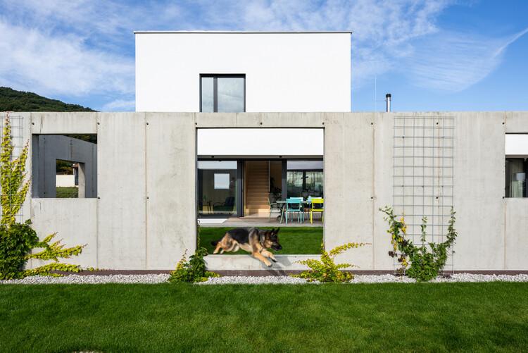 Casa para una familia con mascotas / Sadovsky & Architects, © Jakub & Nora Caprnkovci