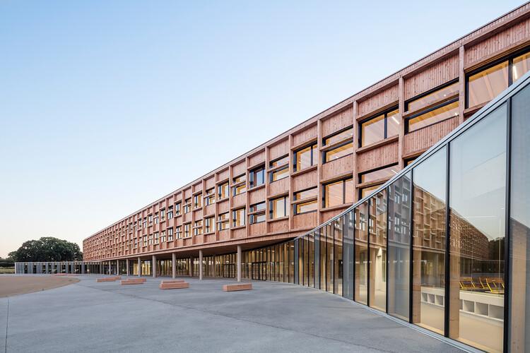 Escola Simone Veil / Dietrich   Untertrifaller Architekten + Colas Durand Architectes, © Luc Boegly