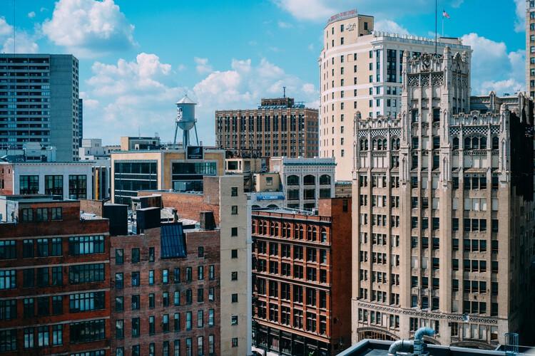 """Ciudades que se encogen: el auge y la caída de los entornos urbanos, Photo by <a href=""""https://unsplash.com/@lord_briz?utm_source=unsplash&utm_medium=referral&utm_content=creditCopyText"""">Alex Brisbey</a> on <a href=""""https://unsplash.com/s/photos/detroit?utm_source=unsplash&utm_medium=referral&utm_content=creditCopyText"""">Unsplash</a>   . ImageDetroit"""