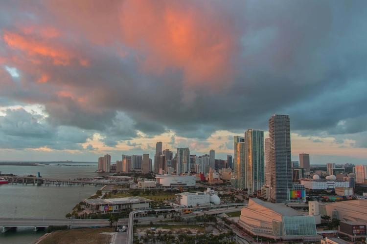 Miami apresenta plano para combater o aumento do nível do mar, Downtown Miami e Biscayne Bay. Imagem © Photo by Alyssa Black/Flickr