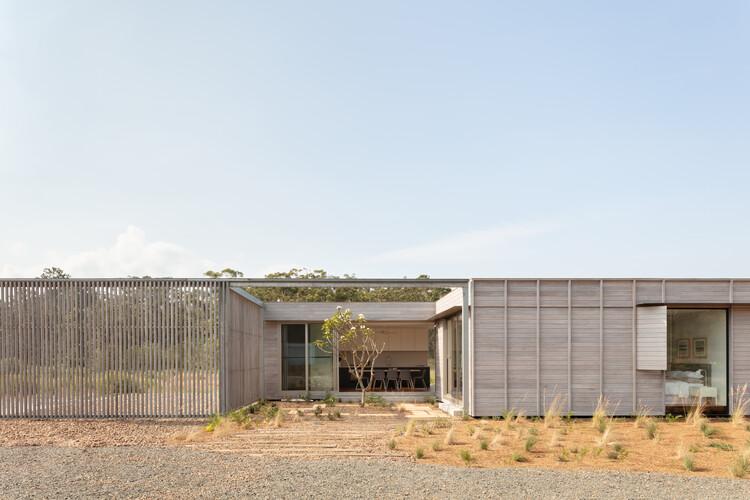 Casa patio por FABPREFAB / CHROFI, © Clinton Weaver