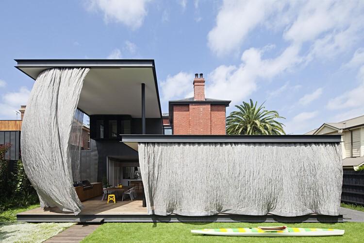 Fluid Facades: Creating Movement in Architecture With Curtains, Hiro-En House / Matt Gibson Architecture + Design. Photo: © Shannon McGrath